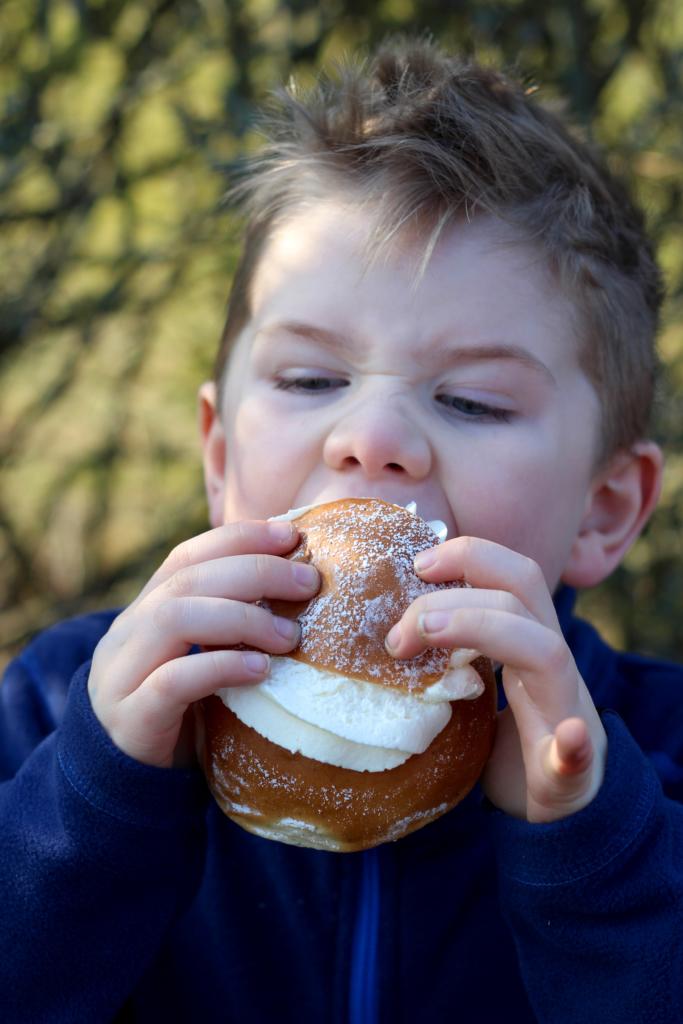 barn äter semla